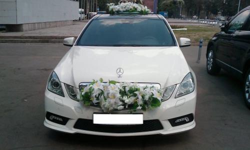 Аренда Мерседес Е 250 W212 белый с водителем в Москве